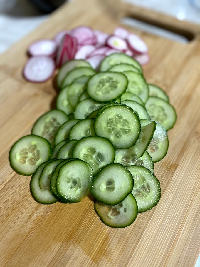 Фото рецепта - Весенний салат с редисом - шаг 3