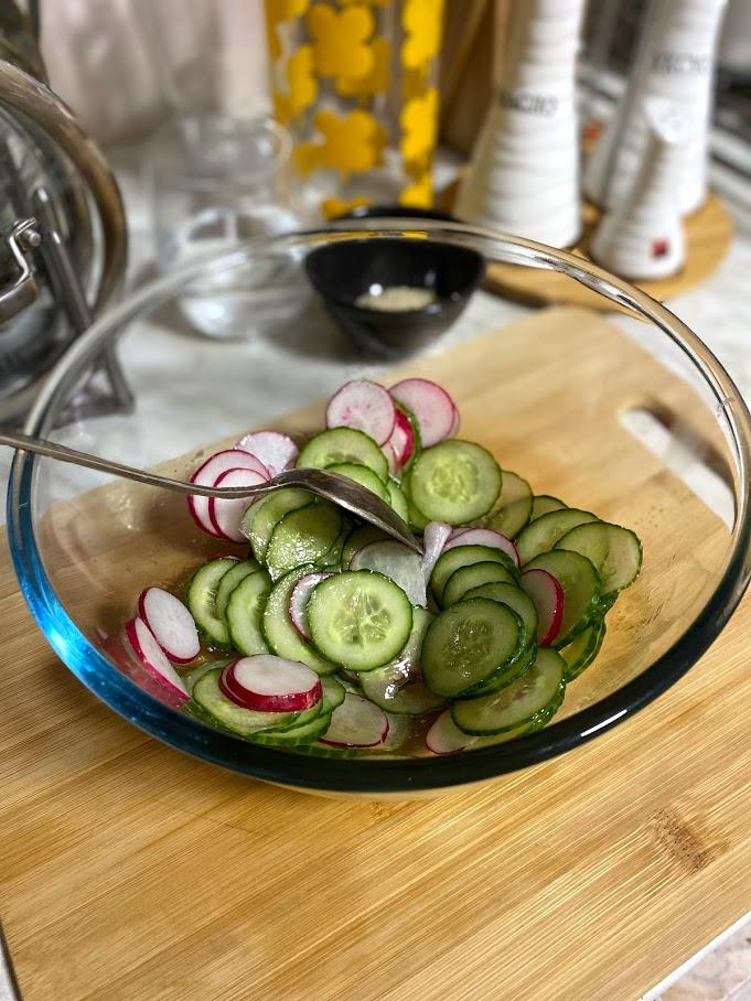 Фото рецепта - Весенний салат с редисом - шаг 5