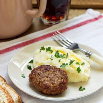 Мясные котлеты с картофельным пюре - рецепт с фото
