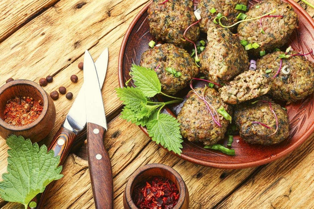 Фото рецепта - Мясные фрикадельки с картофелем и крапивой - шаг 4