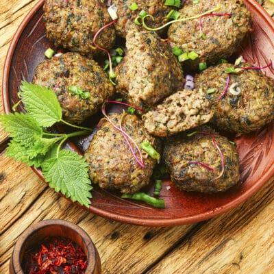 Мясные фрикадельки с картофелем и крапивой - рецепт с фото
