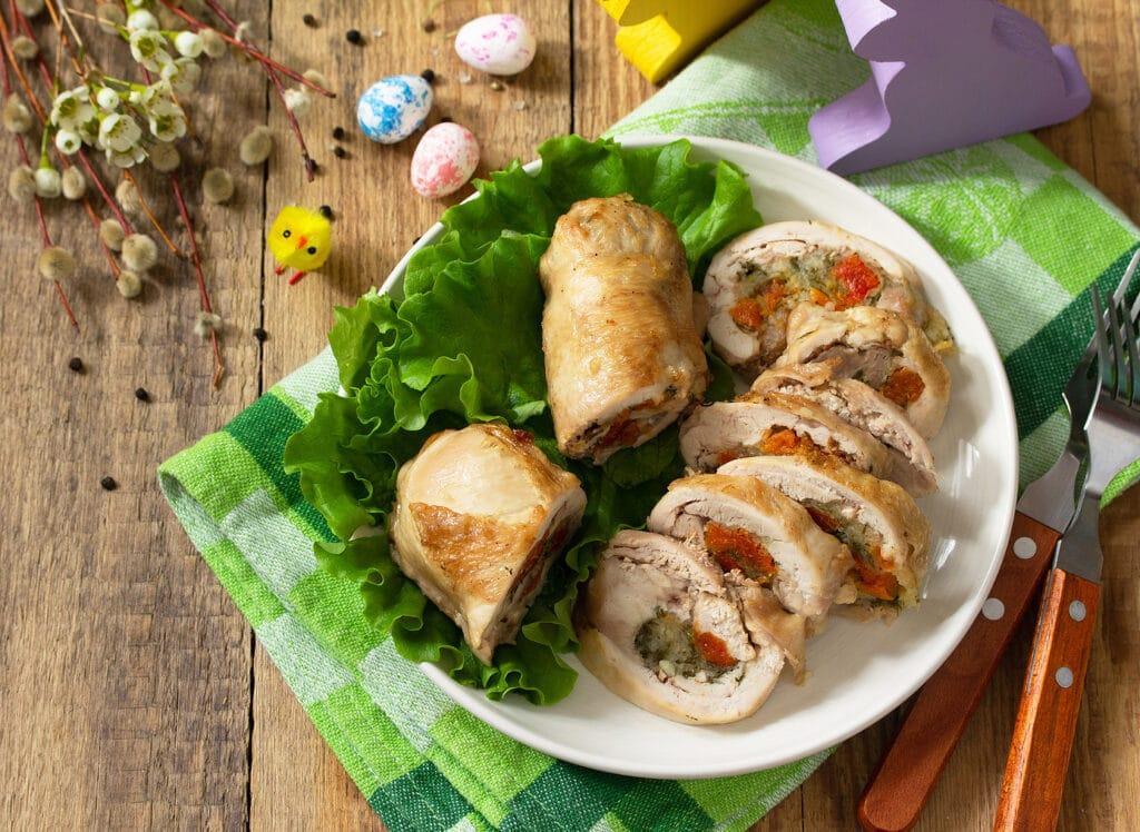 Фото рецепта - Куриные рулетики с моцареллой, курагой и зеленью - шаг 10