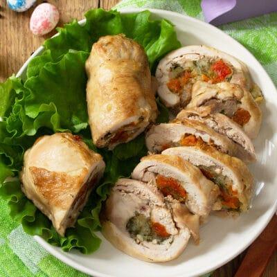 Куриные рулетики с моцареллой, курагой и зеленью - рецепт с фото