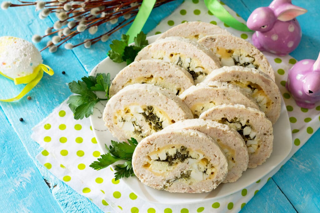 Фото рецепта - Куриный рулет с яйцом и зеленым луком - шаг 8