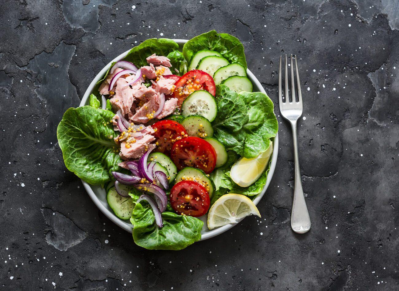 Легкий овощной салат с тунцом
