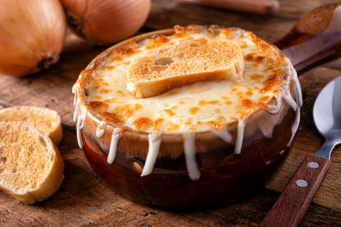 Луковый суп с сыром грюйер и гренками