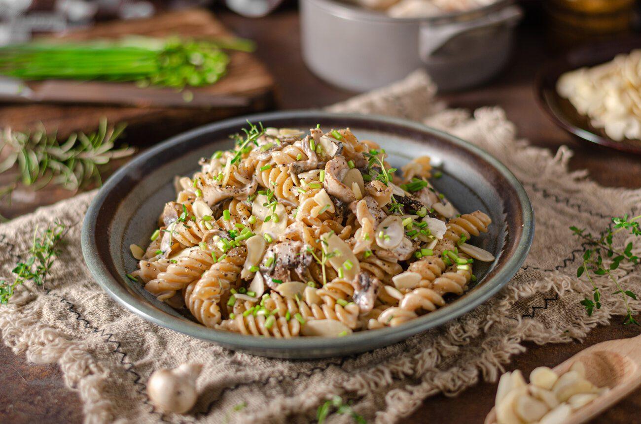 Макароны с грибами и орехами под сливочным соусом