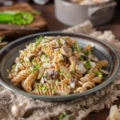 Макароны с грибами и орехами под сливочным соусом - рецепт с фото