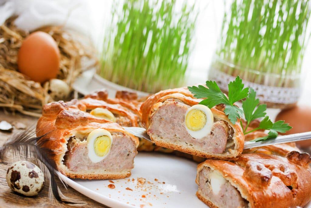 Фото рецепта - Мясной пирог с отварными яйцами - шаг 3