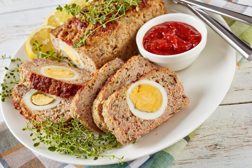 Фото рецепта - Мясной рулет, фаршированный яйцом - шаг 9