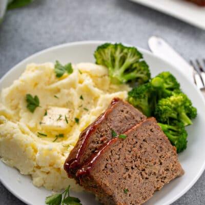 Мясной рулет в глазури с картофельным пюре и брокколи - рецепт с фото