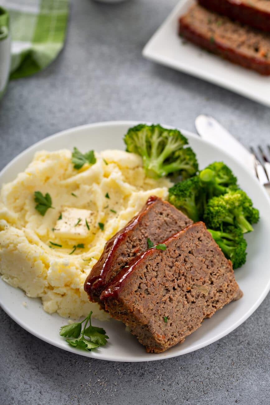 Мясной рулет в глазури с картофельным пюре и брокколи