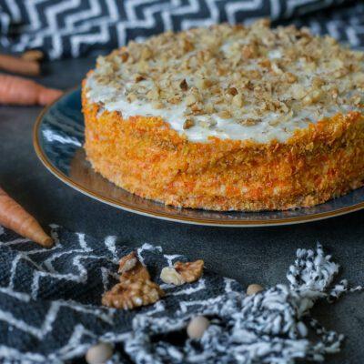 Морковный пирог с орехами - рецепт с фото