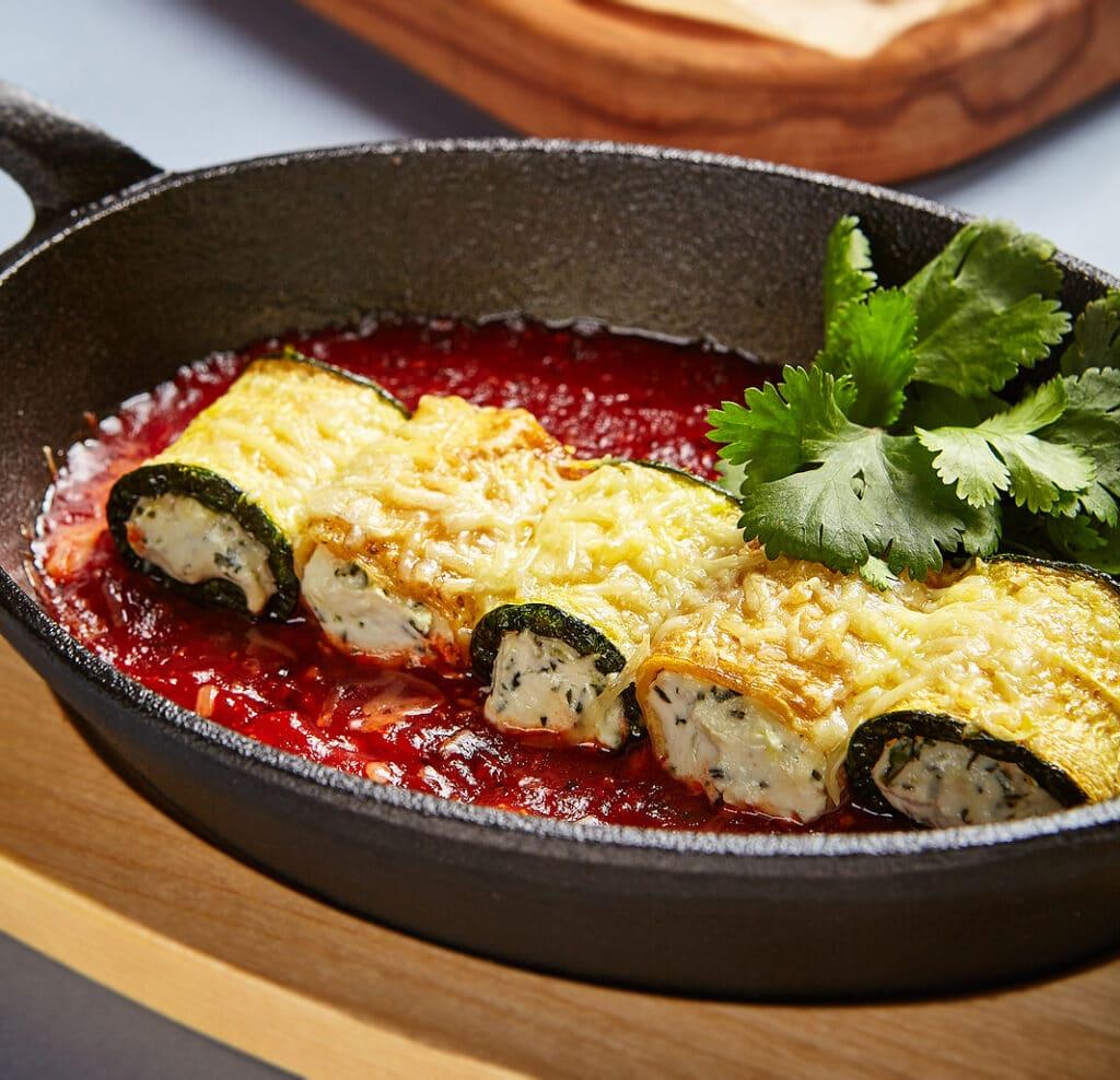 Фото рецепта - Рулетики из кабачков с сыром в томатном соусе - шаг 7