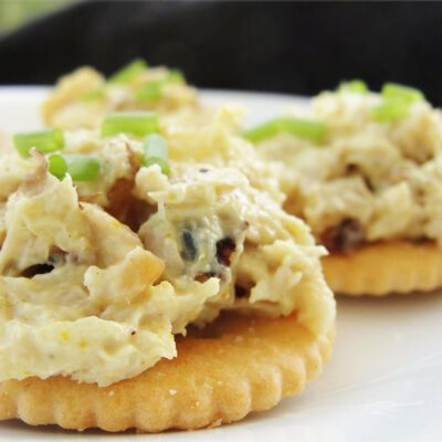 Салат из тунца на крекерах - рецепт с фото