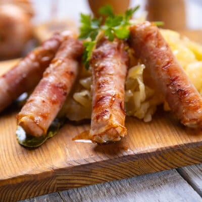 Сосиски в беконе на гриле с квашеной капустой
