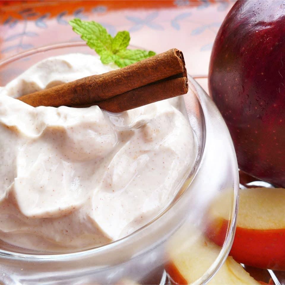 Яблочный десерт с йогуртовым соусом