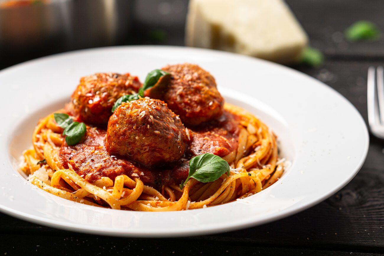 Тефтели под соусом болоньезе со спагетти