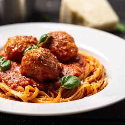 Тефтели под соусом болоньезе со спагетти - рецепт с фото