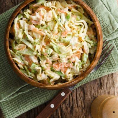 Витаминный салат из капусты с яблоком и морковью - рецепт с фото