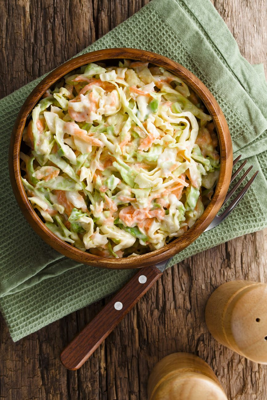 Витаминный салат из капусты с яблоком и морковью