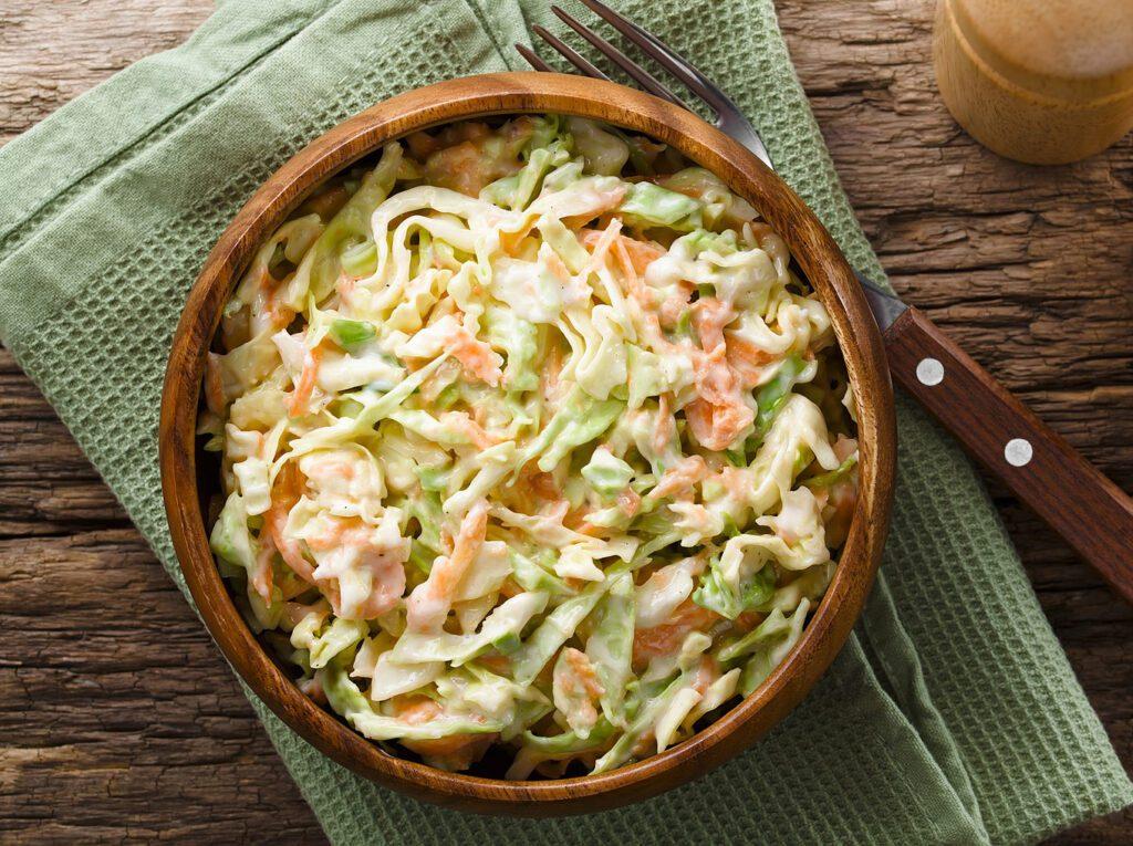 Фото рецепта - Витаминный салат из капусты с яблоком и морковью - шаг 6