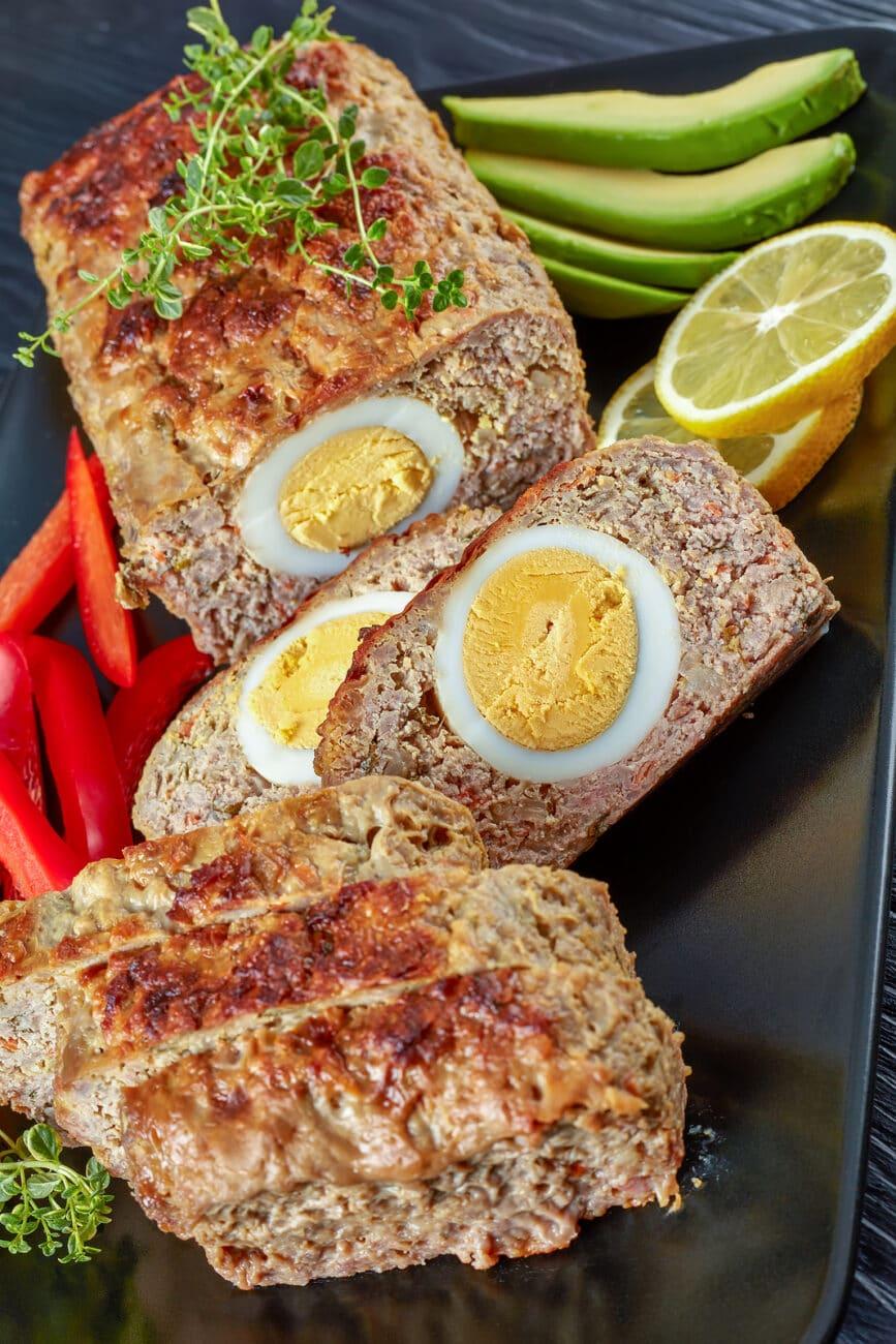 Запечённый мясной рулет с яйцом