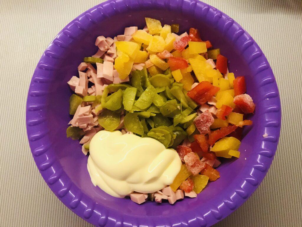 Фото рецепта - Домашняя пицца с овощами и варёной колбасой - шаг 6