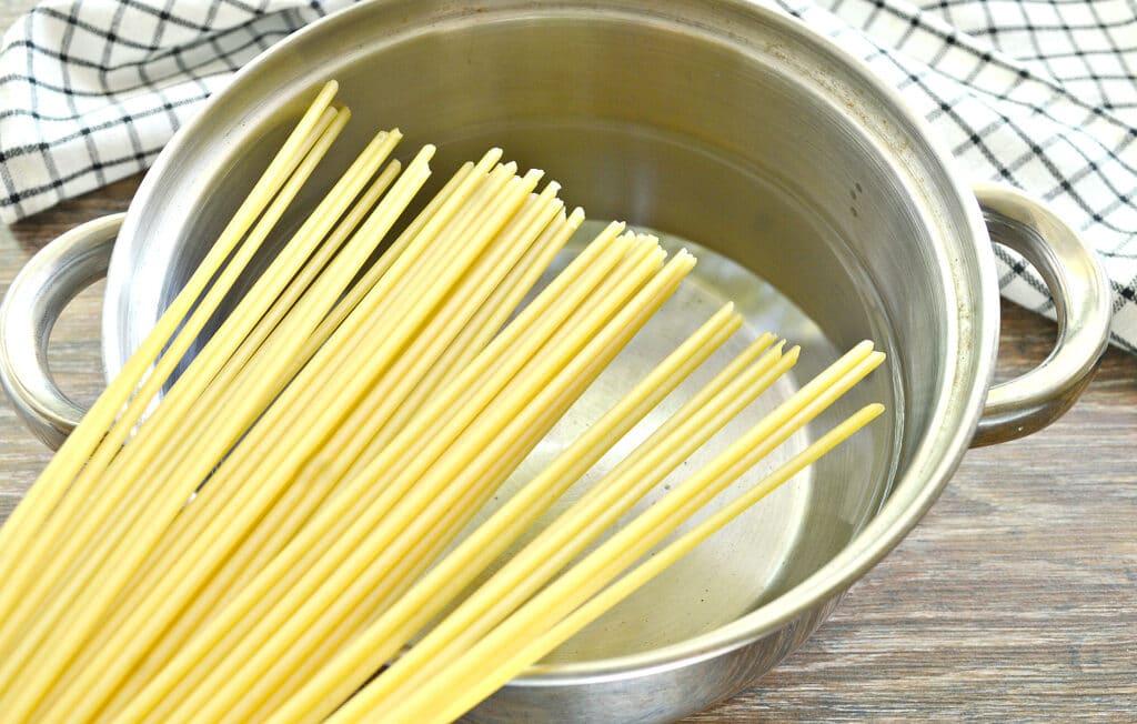 Фото рецепта - Макароны с беконом на сковороде - шаг 1