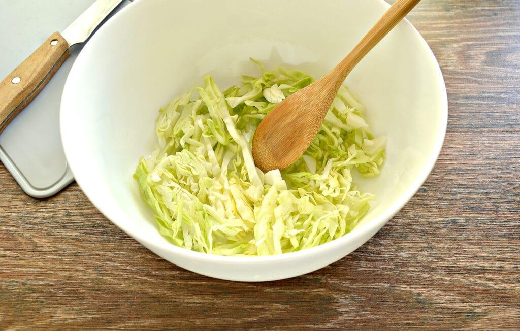 Фото рецепта - Салат с молодой капустой, морковкой по-корейски и крабовыми палочками - шаг 1