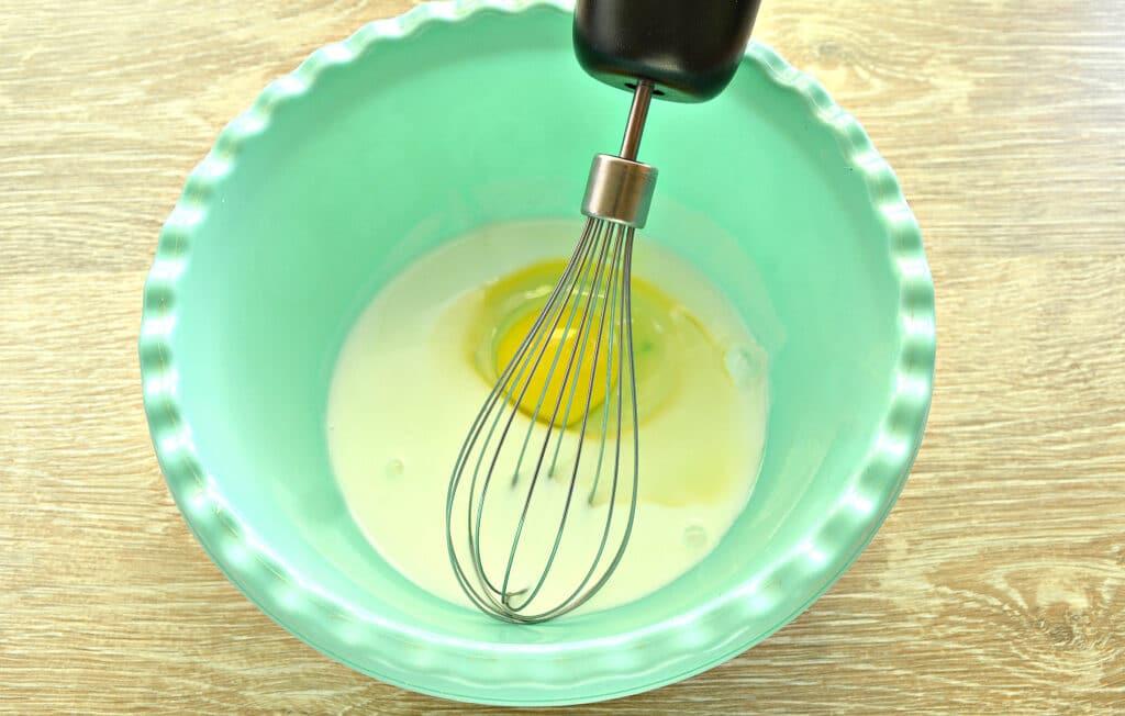 Фото рецепта - Шарлотка на кефире с замороженными ягодами - шаг 1