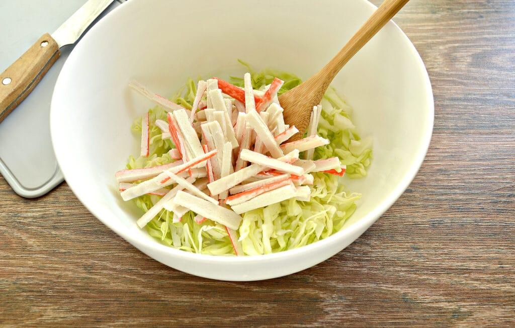 Фото рецепта - Салат с молодой капустой, морковкой по-корейски и крабовыми палочками - шаг 2