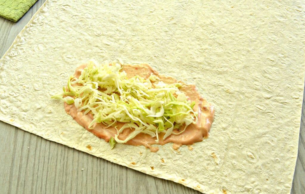 Фото рецепта - Ход дог в лаваше с морковкой по-корейски - шаг 2