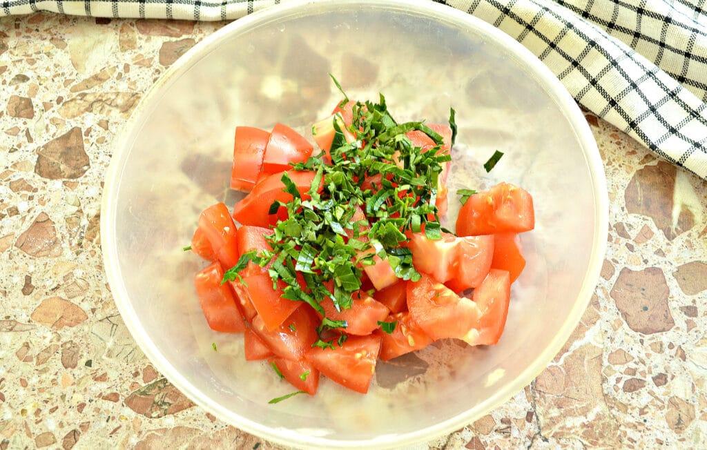 Фото рецепта - Салат из свежего помидора с творогом - шаг 2