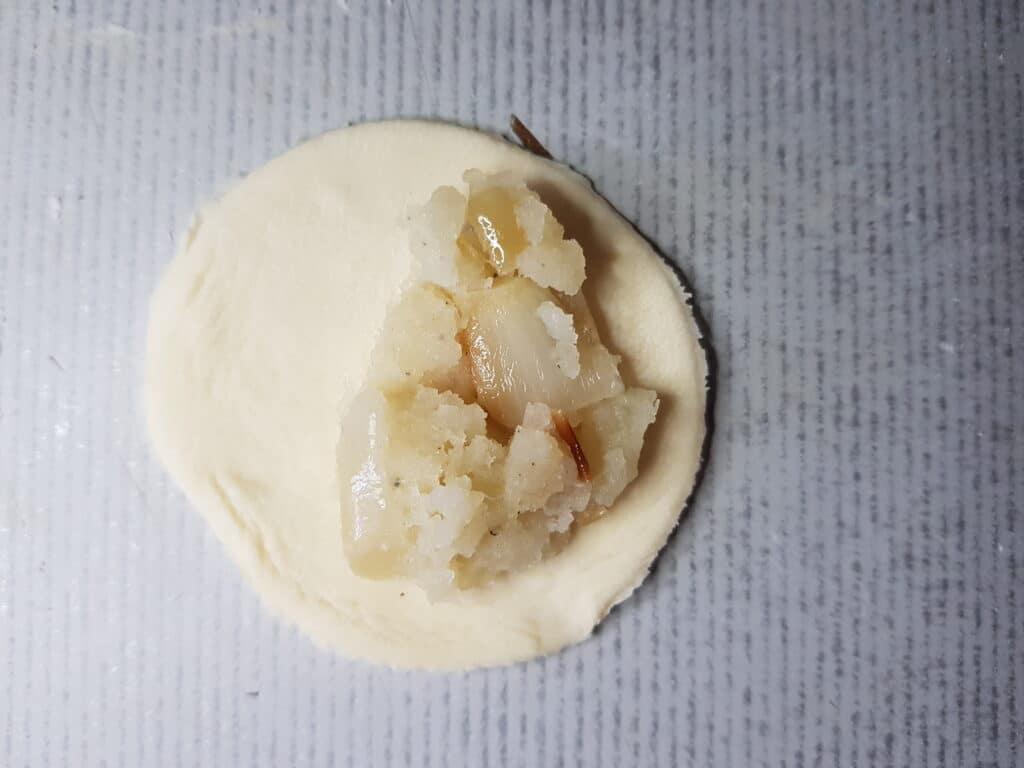 Фото рецепта - Вареники с картофелем и жареным луком - шаг 5