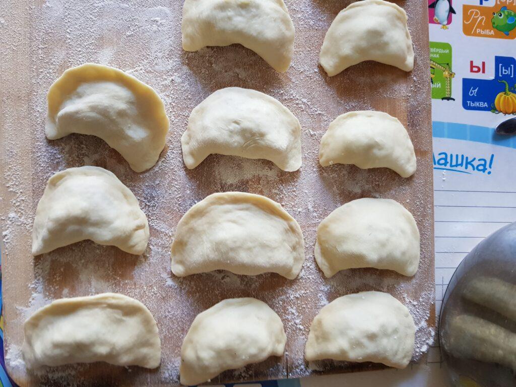 Фото рецепта - Вареники с картофелем и жареным луком - шаг 6