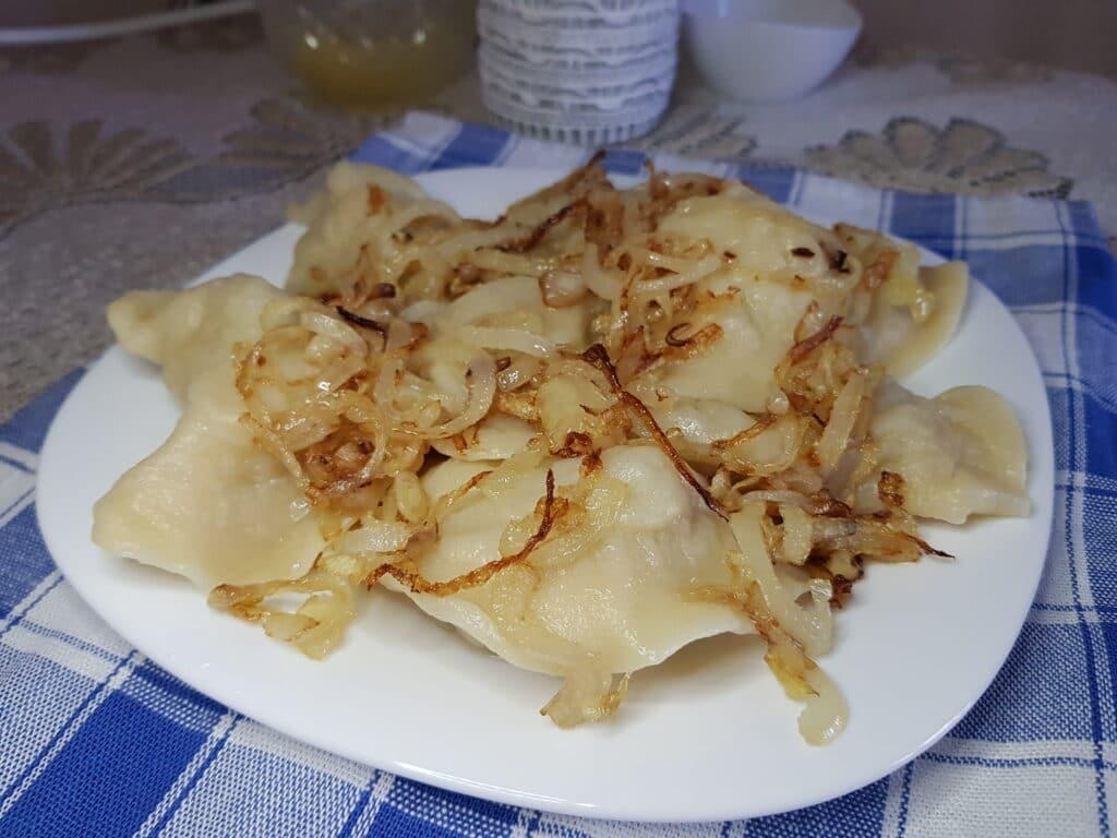 Фото рецепта - Вареники с картофелем и жареным луком - шаг 8