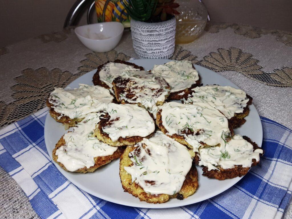Фото рецепта - Капустные оладьи с чесночным соусом - шаг 6