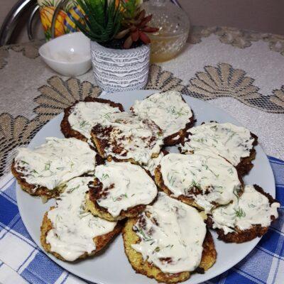 Капустные оладьи с чесночным соусом - рецепт с фото