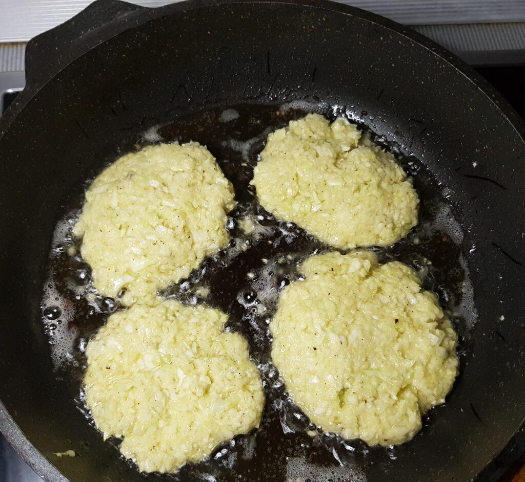 Фото рецепта - Капустные оладьи с чесночным соусом - шаг 4