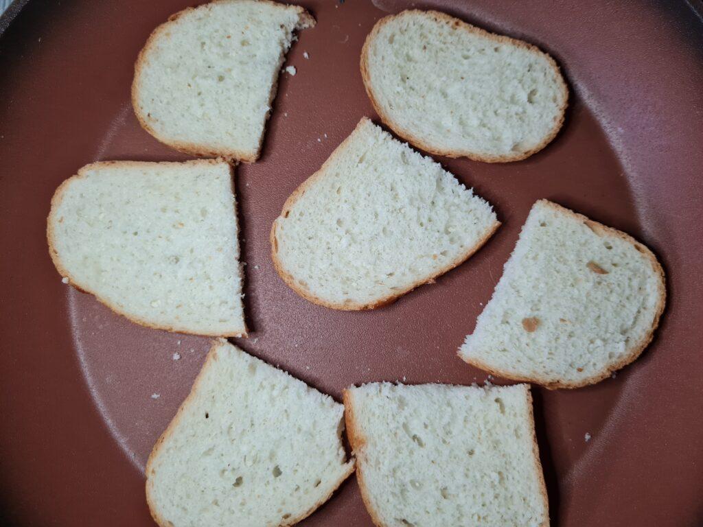Фото рецепта - Брускетта с творожным сыром, помидором и колбасой - шаг 1