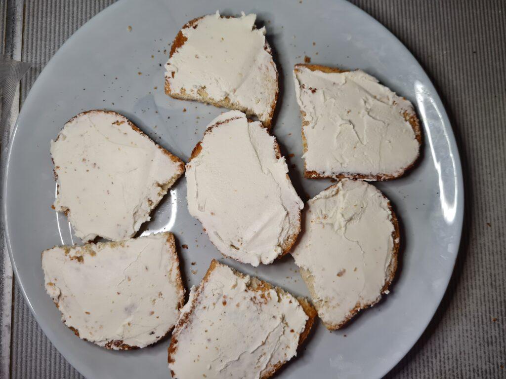 Фото рецепта - Брускетта с творожным сыром, помидором и колбасой - шаг 4