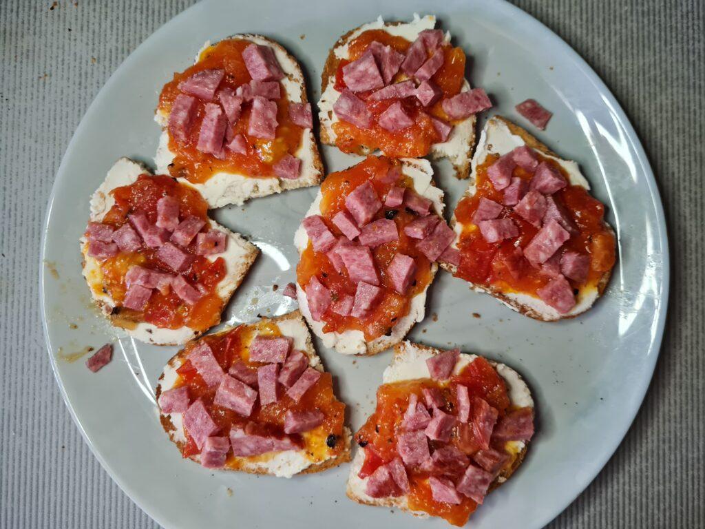 Фото рецепта - Брускетта с творожным сыром, помидором и колбасой - шаг 6