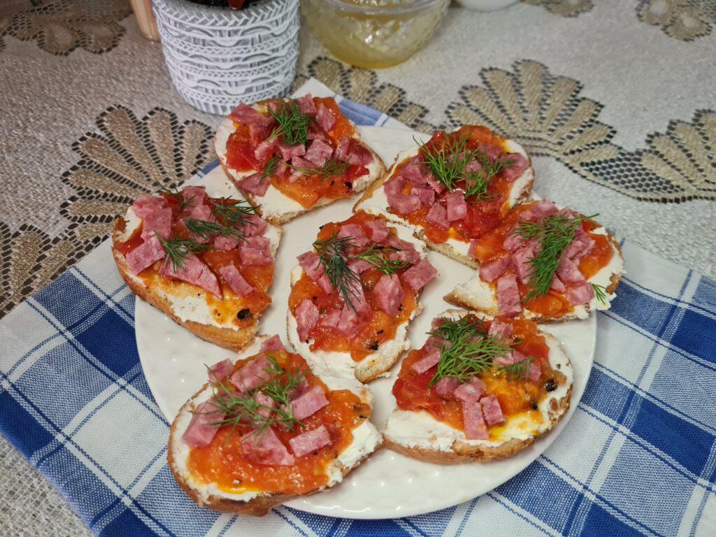Фото рецепта - Брускетта с творожным сыром, помидором и колбасой - шаг 7