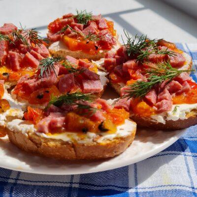 Брускетта с творожным сыром, помидором и колбасой - рецепт с фото