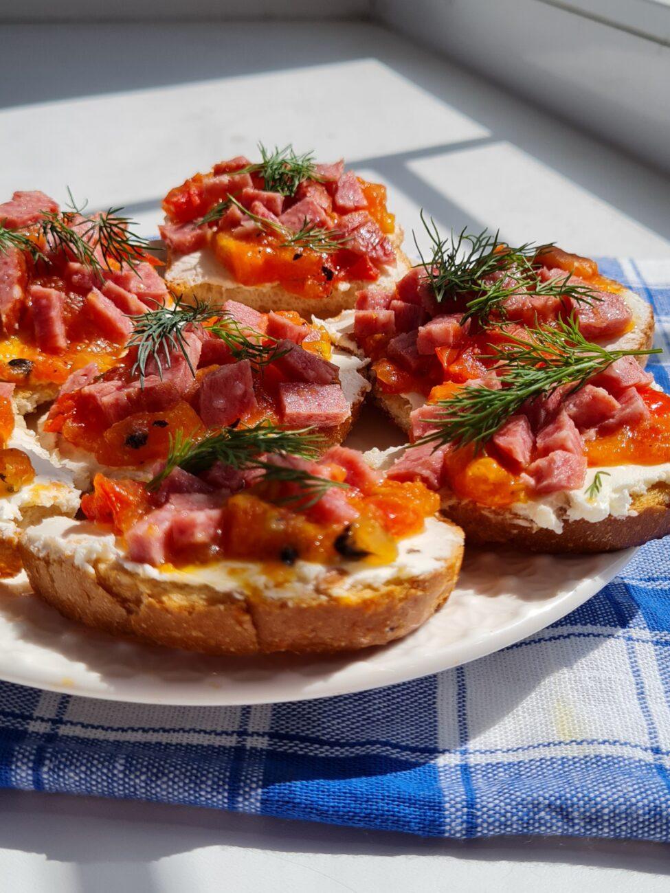 Брускетта с творожным сыром, помидором и колбасой