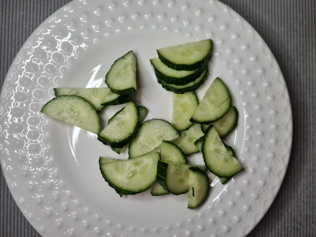 Фото рецепта - Салат с моцареллой и свежими овощами - шаг 1