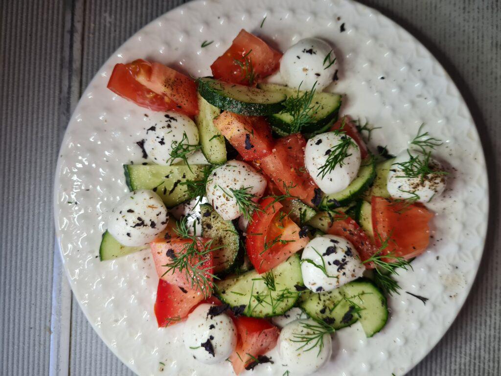 Фото рецепта - Салат с моцареллой и свежими овощами - шаг 3