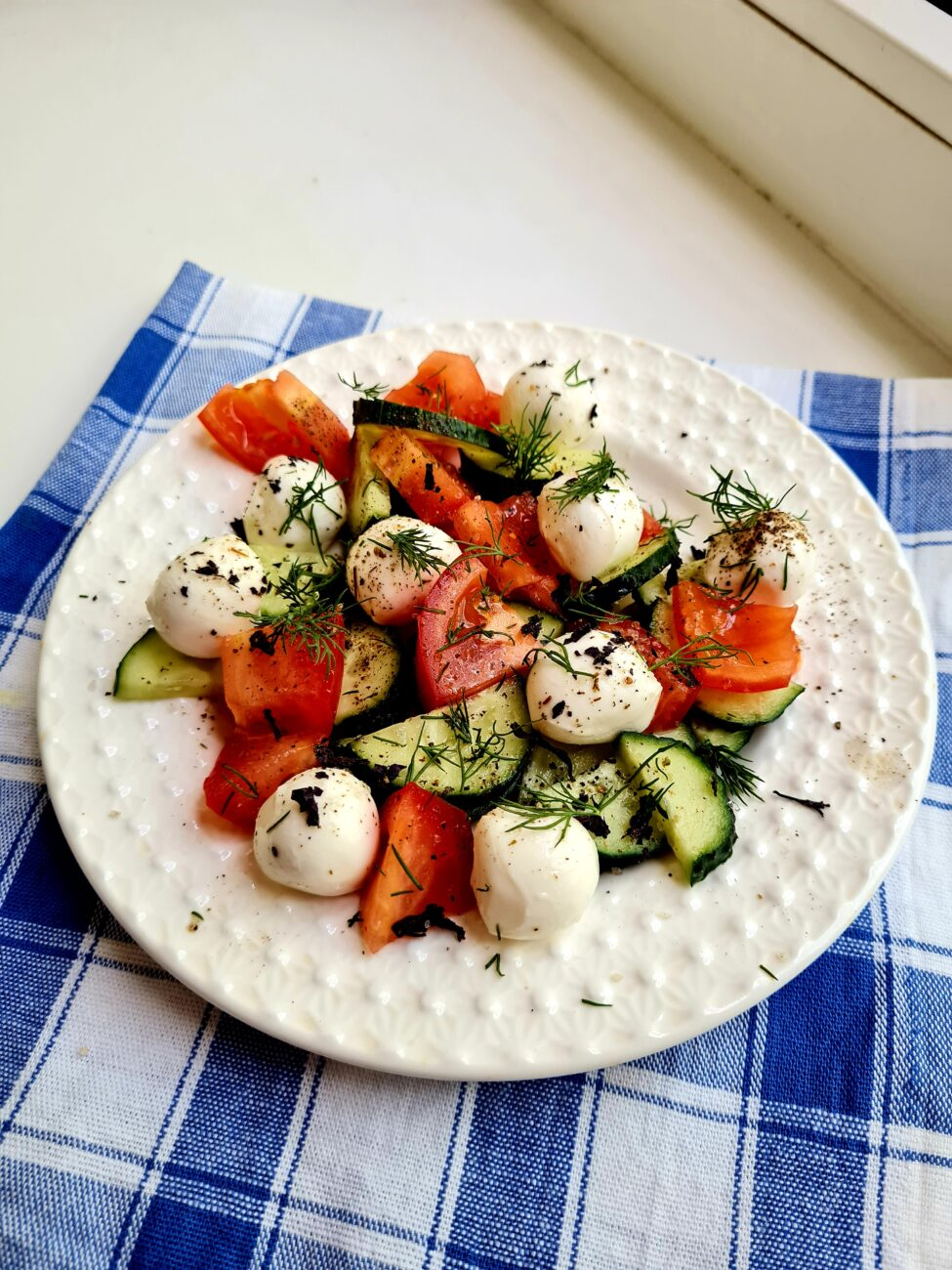 Салат с моцареллой и свежими овощами