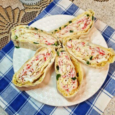 Рулетики из лаваша с сыром, зеленым луком и крабовыми палочками - рецепт с фото